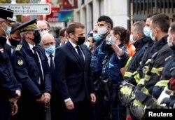 TT Pháp Emmanuel Macron tới thăm hiện trường vụ án mạng tại nhà thờ Notre Dame ở Nice, ngày 29/10/2020. REUTERS/Eric Gaillard/Pool