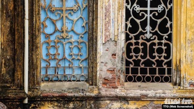 Báo Tuổi Trẻ cho biết nhiều khu vực của nhà thờ đã bị xuống cấp, vôi vữa bong tróc ẩm thấp.