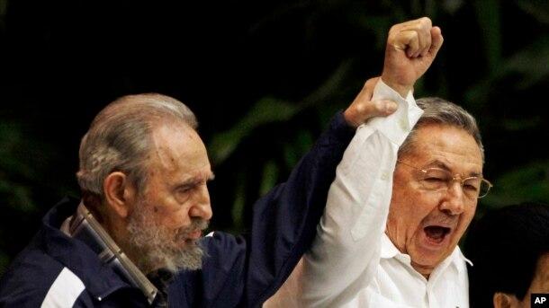 Фидель и Рауль Кастро исполняют национальный гимн на Конгрессе Коммунистической партии, апрель 2011