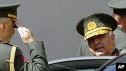土耳其新任命的总参谋长厄泽尔将军(右)8月4日在安卡拉参加会议