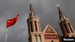 2018年9月30日,中国河北省一村庄的天主教地下教堂旁边,中国国旗飘扬。