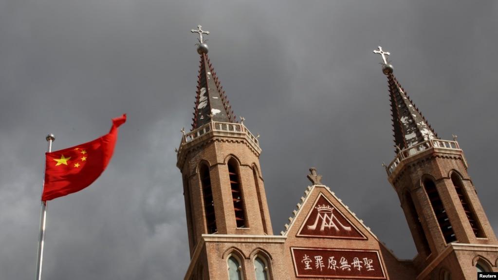 2018年9月30日,中国河北省黄土岗村的天主教地下教堂旁边的中国国旗飘扬。