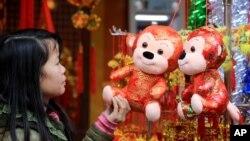 Trang trí tết Bính Thân được bày bán tại một cửa hàng trong khu phố cổ của Hà Nội, ngày 7/2/2016.