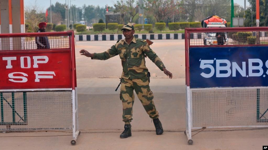 Một binh sĩ Ấn Độ trên biên giới với Pakistan.