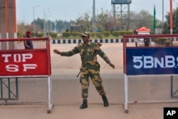 14일 인도 국경 도시인 아타리에서 국경안보군이 보초를 서고 있다. (자료사진)