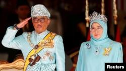 រូបឯកសារ៖ ព្រះមហាក្សត្រម៉ាឡេស៊ី Sultan Abdullah Sultan Ahmad Shah និងព្រះមហេសី Tunku Azizah Aminah Maimunah យាងចូលរួមក្នុងពិធីស្វាគមន៍មួយនៅរដ្ឋសភា ក្នុងទីក្រុងកូរឡាឡាំពួរ ម៉ាឡេស៊ី ថ្ងៃទី៣១ ខែមករា ឆ្នាំ២០១៩។