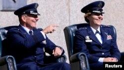 Michelle Johnson, derecha, se convirtió en la primera mujer en liderar la Academia de la Fuerza Aérea estadounidense. En esta foto participa de su primera ceremonia pública en el cargo junto al general Mike Gould.