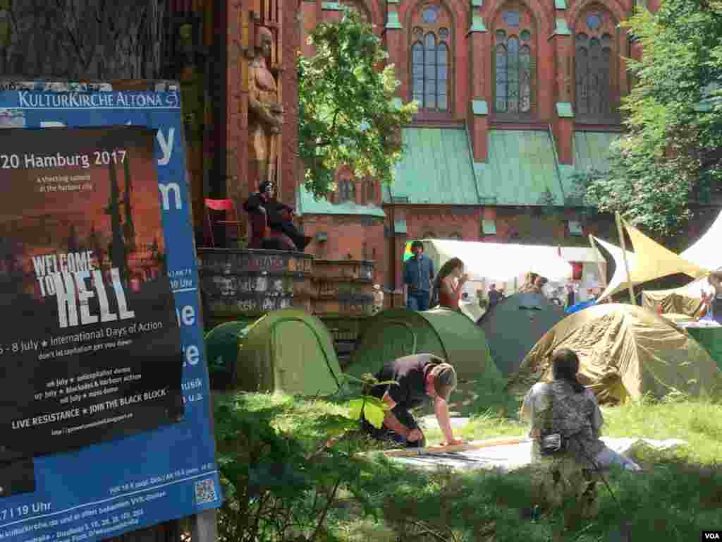 مظاہرین رواں ہفتے کی آغاز سے ہی ہیم برگ پہنچنا شروع ہوگئے تھے جنہوں شہر میں جگہ جگہ اپنے کیمپ قائم کیے ہوئے ہیں