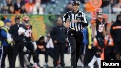 L'arbitre de NFL Sarah Thomas lors du match des Broncos de Denver contre les Bengals de Cincinnati en seconde période au Paul Brown Stadium, le 2 décembre 2018 à Cincinnati dans l'Ohio. (Reuters/Aaron Doster)