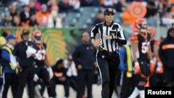 La jueza de línea de la NFL Sarah Thomas (53) hará historia en domingo en los 'playoffs' de la NFL.