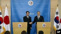 김성환 외교통상부 장관과 마에하라 세이지 일본 외무상이 15일 외교통상부 청사에서 회담을 마친 후 기자회견을 갖고 악수하고 있다.