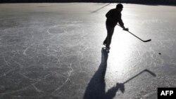 Một người trượt băng chơi khúc côn cầu trên một mặt hồ đóng băng ở Bắc Kinh, ngày 23 tháng 12, 2010 (ảnh tư liệu)