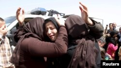 지난 8일 이라크 키르쿠크에서 ISIL에 억류됐다 풀려난 야지디족 여성들이 서로를 안고 있다. (자료사진)