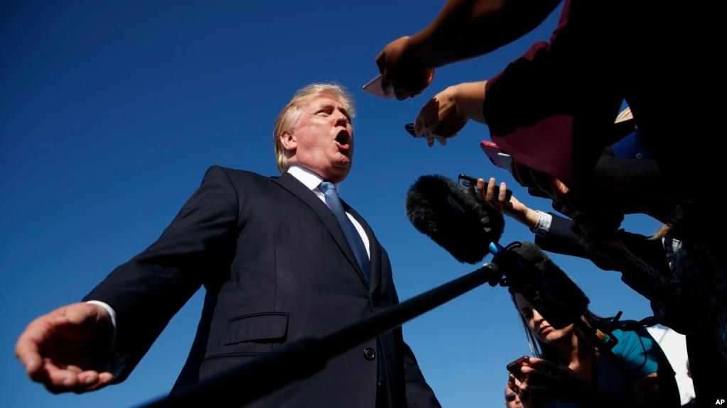 Ông Trump trao đổi với phóng viên trước khi lên chuyên cơ Air Force One hôm 24/9.