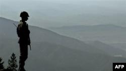 Một binh sĩ Pakistan đứng canh trong khu vực bộ tộc Bắc Waziristan