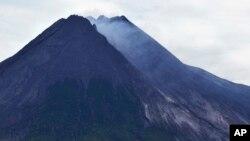 从印尼古城日惹附近的帕克姆看到的默拉皮山所喷发出的火山物质。(2013年11月18日)