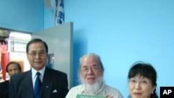 陈宪中(中))致赠《南京大屠杀》一书给松冈环(右)