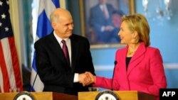 Thủ tướng Hy Lạp George Papandreou (trái) và Ngoại trưởng Hoa Kỳ Hillary Clinton