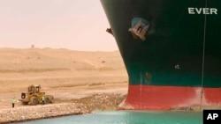 نہر سوئز میں جہاز نکالنے کے لیے کام جاری ہے۔