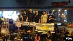 黄之锋(右一)在去年雨伞运动满月纪念大会上(美国之音海彦拍摄)