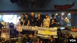 罗冠聪(左二)在雨伞运动满月纪念大会上(美国之音海彦拍摄)