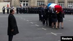 法国总统奥朗德在巴黎为殉职警察举行的仪式上行注目礼