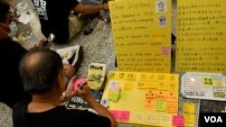 """第二次香港國際機場反送中集會,有市民在流動""""連儂板""""寫上心聲。(攝影: 美國之音湯惠芸)"""