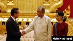 Presiden Myanmar Htin Kyaw (tengah) bersama Menlu China Wang Li, dan Menlu Myanmar Aung San Suu Kyi. Naypyitaw, Myanmar