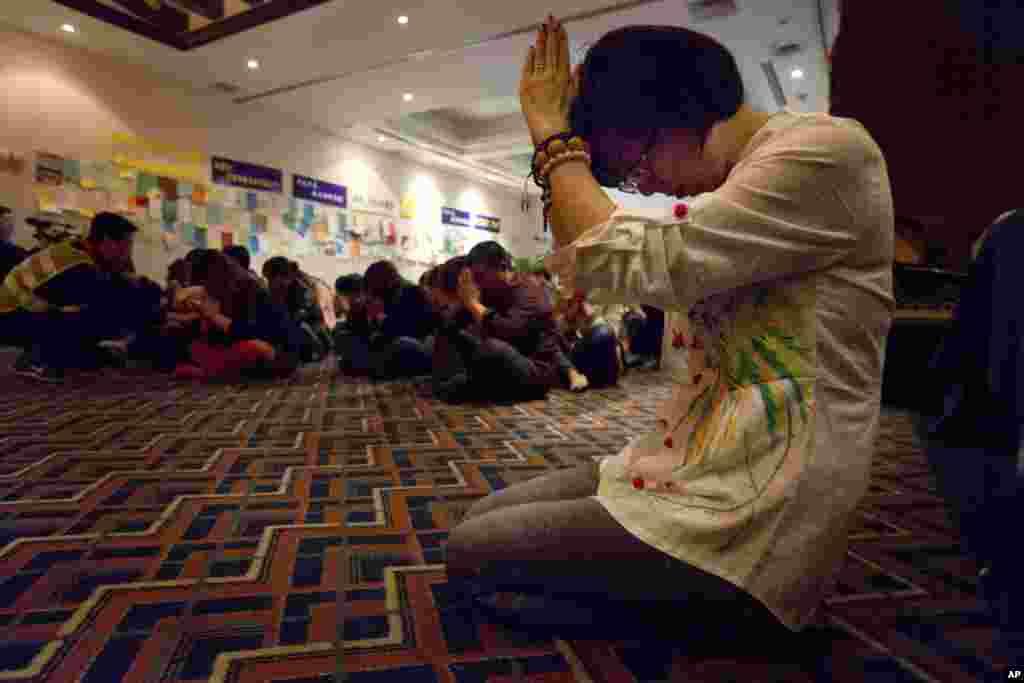 Thân nhân của hành khách Trung Quốc trên chuyến bay mất tích cầu nguyện tại Bắc Kinh, ngày 4/4/2014.