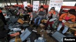 安徽省合肥市申通快递公司员工给网上购物包裹分类