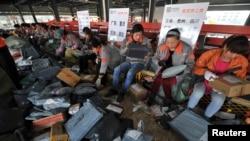 Nhân viên đóng gói hàng tại một trung tâm của Công ty giao hàng nhanh Shentong (STO) trong tỉnh Hợp Phì, An Huy, ngày 12/11/2014.