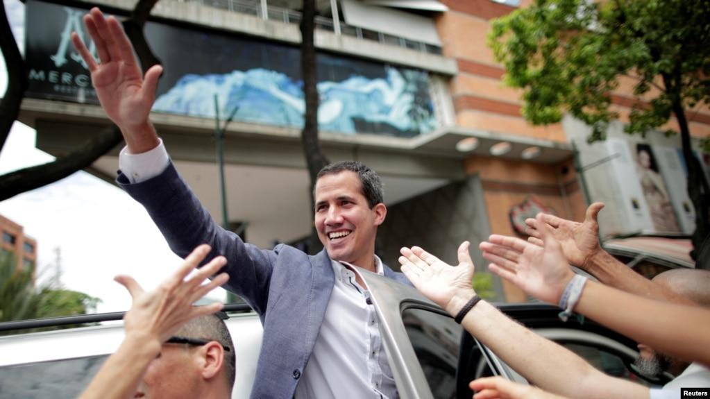 Lãnh đạo đối lập Juan Guaido, người được đa số các nước công nhận là TT lâm thời Vennezuela, tại cuộc tuần hành ủng hộ Quốc hội Venezuela, chống TT Nicolas Maduro ở Caracas hôm 11/5/2019. REUTERS/Ueslei Marcelino