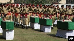 巴基斯坦士兵11月27日为死于北约空袭的军人举行葬礼