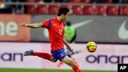 Penyerang Korea Selatan Park Chu-young mencetak gol dalam pertandingan melawan kesebelasan Yunani di stadion Georgios Karaiskakis, Piraeus, dekat Athena, Yunani (5/3).