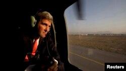Kerry aborda un helicóptero militar estadounidense tras su arribo a Afganistán el viernes 11 de octubre de 2013.