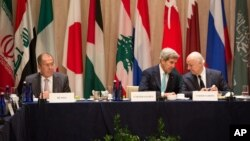 Umushikiranganji wa Amerika, John Kerry, na mugenzi Sergei Lavrov w'Uburusiya.