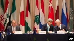 美国国务卿克里(中)与联合国的叙利亚特使德米斯图拉(右)和俄罗斯外长拉夫罗夫在纽约国际支持叙利亚小组召开的会议上。(2016年9月20日)