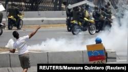 Đụng độ trên đường phố ở Venezuela hôm 1/5.