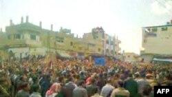 Người biểu tình tập trung tại 1 quảng trường ở thành phố Deraa, Syria ngày 08/04/2011