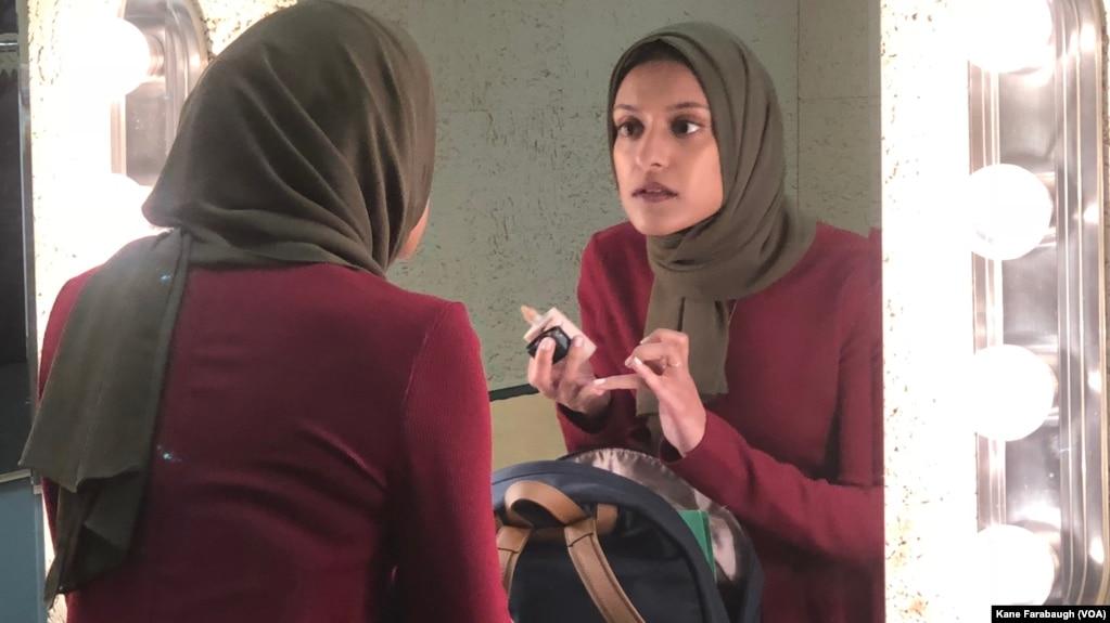 Reporter Tahera Rahman merapikan makeup sebelum tampil sebagai pembaca berita di televisi (foto: dok).