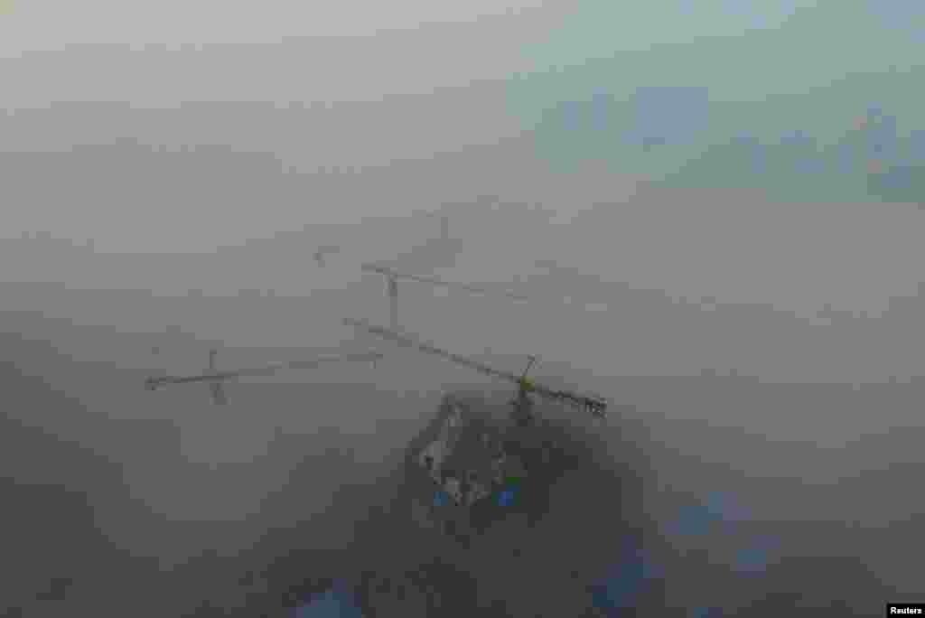 중국 산시성 시안의 건설 현장이 짙은 안개에 덮여있다.