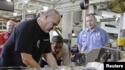 Presiden Obama (dua dari kanan) mengamati sebuah mesin yang sedang diproduksi saat mengunjungi Pabrik Pembuatan Mesin Daimler Detroit Diesel di Redford, Michigan, 10 December 2012. (REUTERS/Jason Reed)