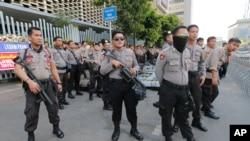 Cảnh sát Indonesia bên ngoài tòa nhà nơi đặt Ban Giám sát Tổng Tuyển cử hôm 28/5.