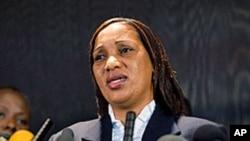 几内亚移民纳菲萨杜·迪亚洛将对卡恩提出民事诉讼。图为她7月28日在纽约面对记者