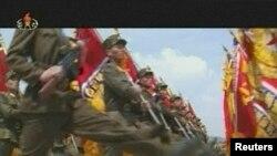 북한에서 지난해 인민군 창건 81주년을 맞아 벌어진 열병식. 김정은 국방위 제1위원장도 참석했다. 북한 TV 보도. (자료사진)