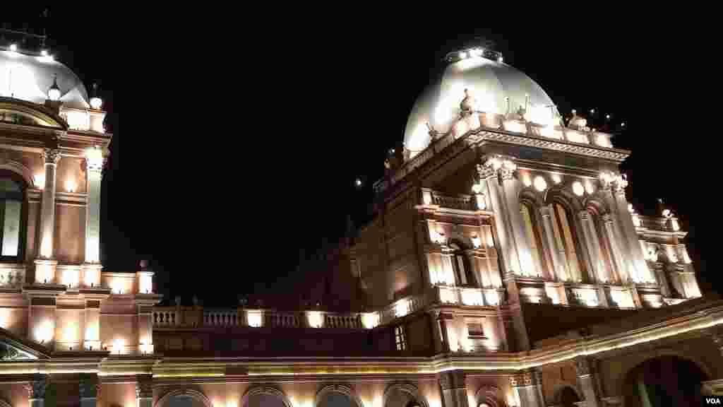 نور محل باہر سے جتنا خوبصورت دکھائی دیتا ہے۔ اس کا اندرونی حصہ بھی اُتنا ہی وسیع و کشادہ ہے۔