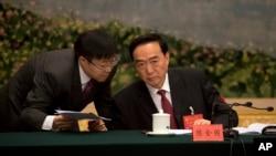 2017年10月19日,在北京举行的中共第十九次党代会期间,新疆党委书记陈全国(右)在新疆代表团会议上。有人权人士说,如果陈全国的名字不在制裁名单上,美国行政当局至少需要做出某种解释。