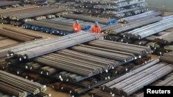 Công nhân đang kiểm tra sản phẩm thép tại một công xưởng ở Đại Liên, tỉnh Liêu Ninh, Trung Quốc, ngày 30/3/2016.