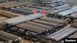 Dua pekerja di Dalian, Liaoning, China memeriksa produksi baja sebelum dieskpor (foto: ilustrasi). Ribuan pekerja baja Uni Eropa menuntut perlindungan yang lebih besar dari barang impor murah dari China.