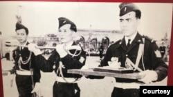 """""""Ấn kiếm của vua Bảo Đại bàn giao lại cho chính quyền Cách mạng trong buổi lễ thoái vị 30/8/1945"""" – Chú thích của Bảo tàng lịch sử quân sự Việt Nam, 8/2020."""